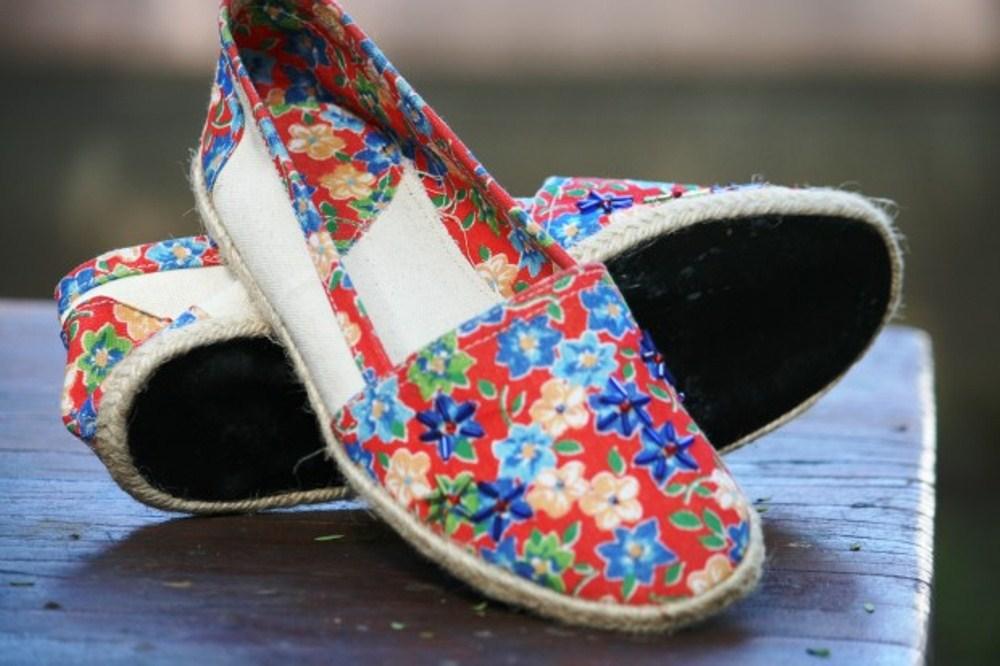 As sapatilhas feitas com pneus velhos de avião (que ajudam a gerar renda para mulheres carentes)