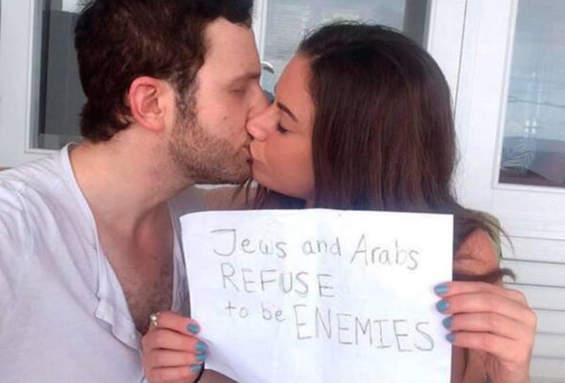 Beijo entre judeu e árabe faz bombar campanha pela paz