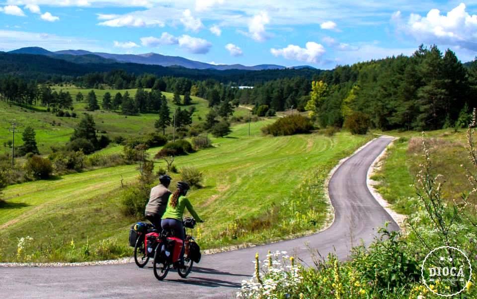 Casal de brasileiros pede demissão e viaja o mundo de bike em busca de vida mais simples
