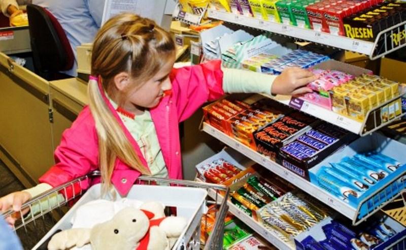 Contra obesidade, Europa expõe frutas (em vez de doces) nos caixas dos mercados
