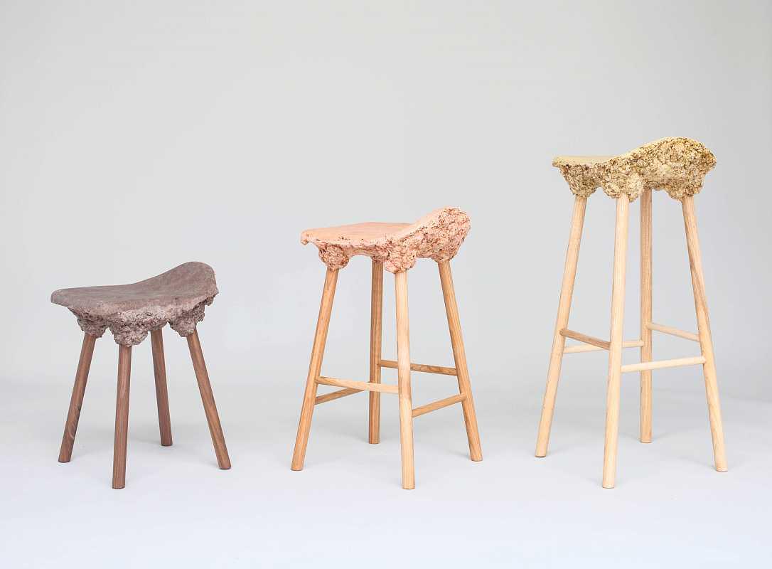 As cadeiras que são feitas com serragem de marcenaria que iria para o lixo