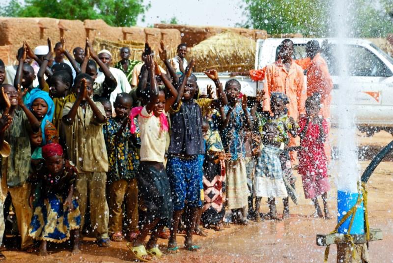 A reação de um vilarejo ao ver água limpa pela 1ª vez. Veja vídeo!