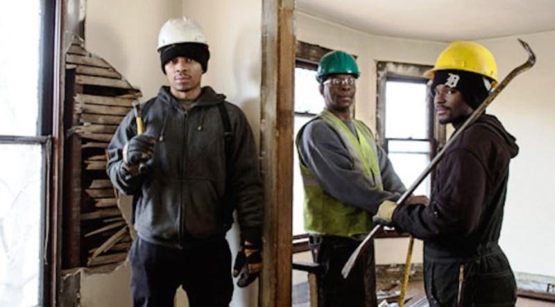 Grupo se dedica a garimpar entulhos na demolição de casas abandonadas para reutilizá-los