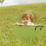 6 dicas para dar um delicioso banho de balde no seu bebê