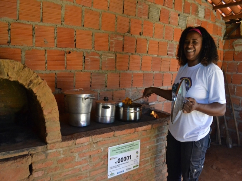 Chega de queimar lenha! ONG leva fogões ecológicos para comunidades carentes do Nordeste