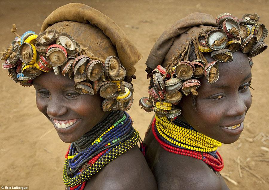 A tribo africana que recicla lixo e transforma-o em acessórios