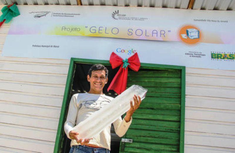 Máquina que produz gelo com energia solar ajuda comunidades da Amazônia a conservar alimentos