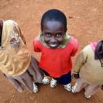 Para crescer e não perder! Sapato que aumenta 5 tamanhos calça crianças pobres da África