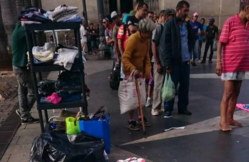 Projeto monta 'shopping' em praça de SP para moradores de rua fazerem compras de graça