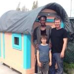 O homem que constrói minicasas para moradores de rua com materiais descartados indevidamente