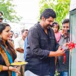Restaurante indiano põe geladeira pública na calçada para doar alimentos que não consome