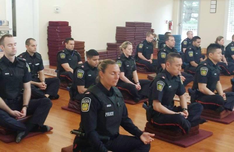 No Canadá, policiais são obrigados a fazer meditação antes de ir às ruas