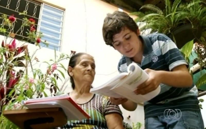 O estudante de 14 anos que ensina pai, avó e vizinhos a ler em zona rural pobre de Goiás