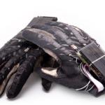Luva converte Libras em sons para facilitar comunicação de deficientes auditivos