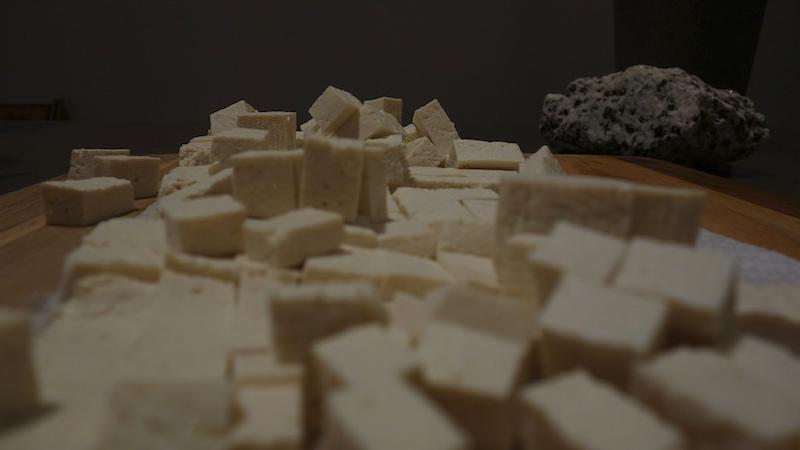 Fabricantes de tofu usam resíduos da produção para gerar energia em vilarejo que não tem luz