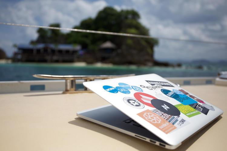 Precisando de inspiração? Barco movido a energia solar vira espaço de coworking para aventureiros