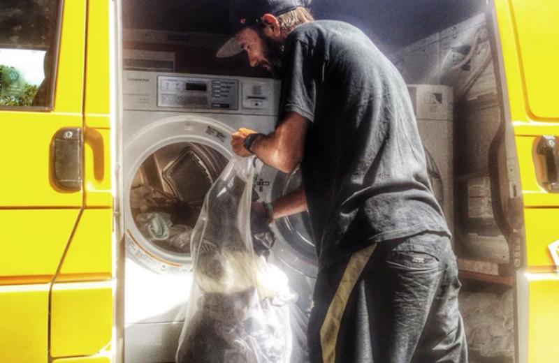 Jovens transformam van em lavanderia móvel para moradores de rua lavarem suas roupas