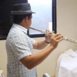 O flautista brasileiro de 15 anos que se dedica a alegrar pacientes idosos internados na UTI. Veja vídeo!
