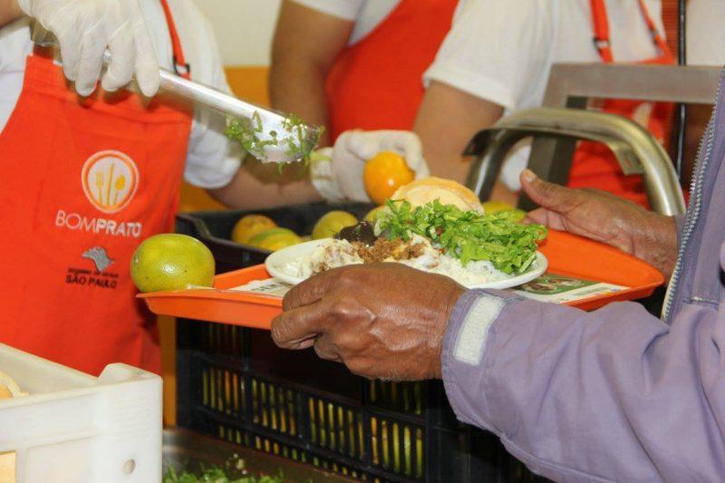 Restaurante popular oferece diariamente 1.600 refeições vegetarianas a R$ 1