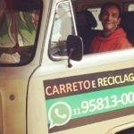 Morador de rua oferece serviço de carreto em kombi que comprou catando lixo reciclável