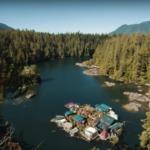 Sem dinheiro para comprar um terreno, casal constrói casa flutuante no rio