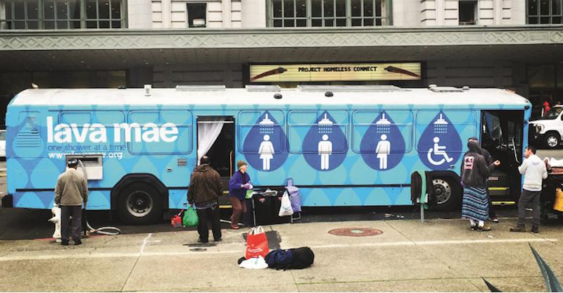 Projeto transforma ônibus públicos ociosos em banheiros itinerantes para moradores de rua