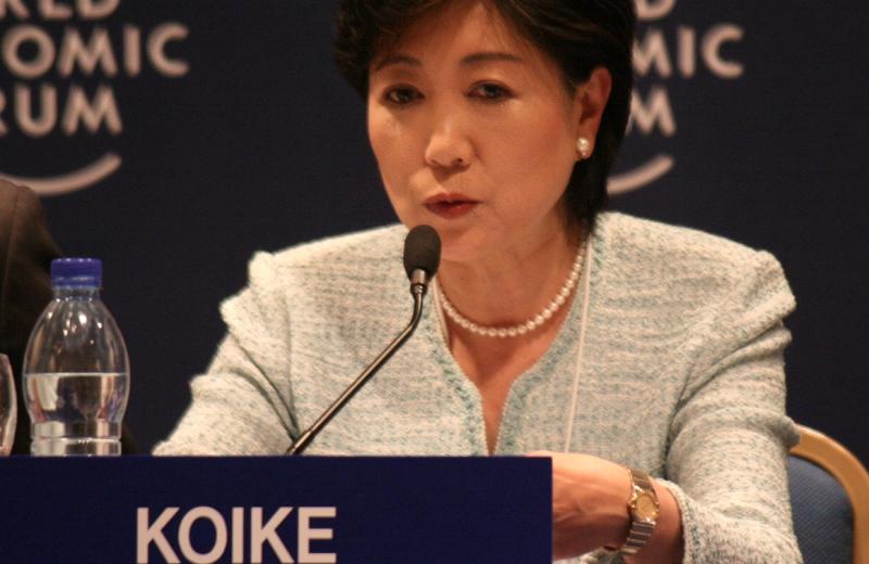 Governadora de Tóquio reduz seu salário pela metade para investir em novas creches