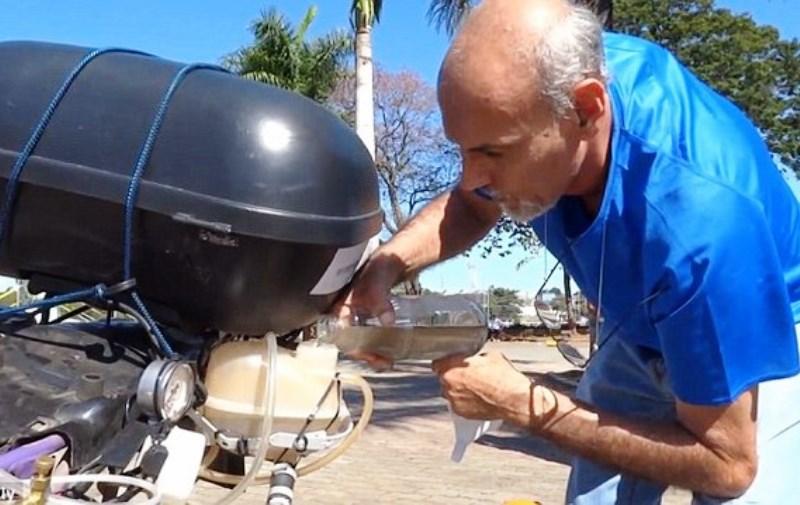 Brasileiro inventa moto movida a água poluída (que, em vez de CO2, emite vapor)