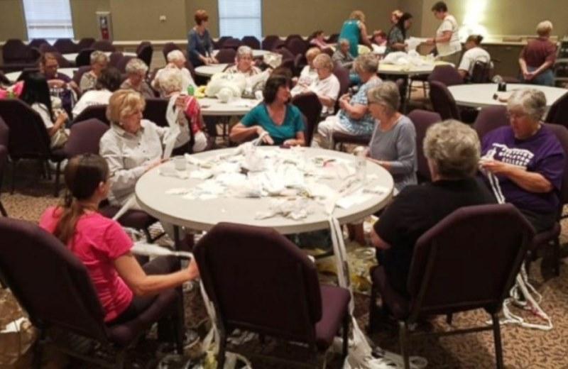 Grupo de idosas se reúne toda 5ª para fazer colchões para moradores de rua (com sacos plásticos usados)