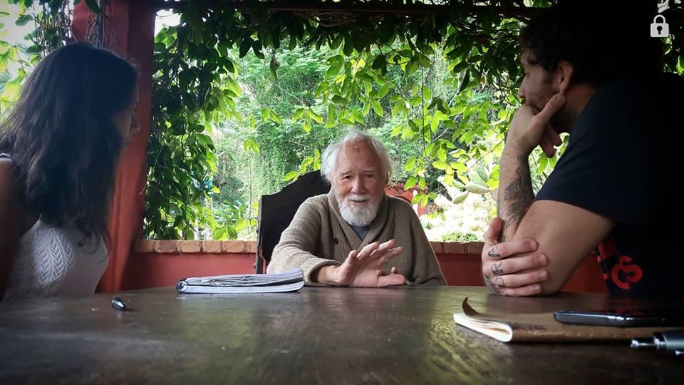 Ele ensina o mundo a construir casas usando apenas técnicas naturais. Confira o que o pai da bioarquitetura tem a nos dizer!