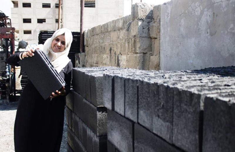 Engenheiras utilizam escombros da guerra em Gaza para fazer tijolos que ajudam a reconstruir a região