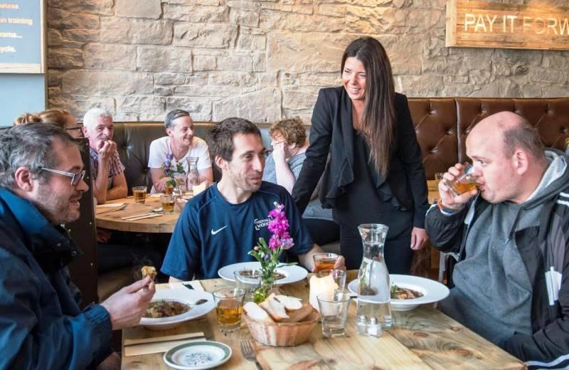 A rede de cafés que convida clientes a deixarem refeições pagas para os sem-teto da região