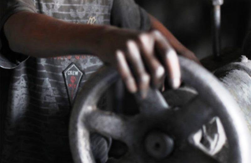 Crianças asiáticas trabalham mais de 12 horas por dia em confecções têxteis, denuncia entidade internacional