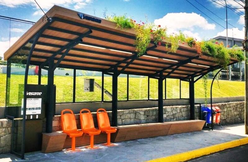 Caxias do Sul instala 1º ponto de ônibus com teto verde (que ainda produz energia solar)