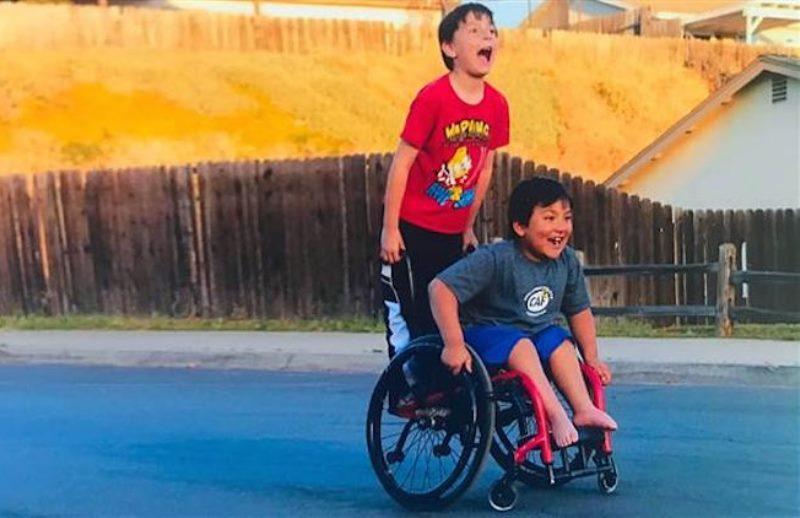O menino de 8 anos que promoveu financiamento coletivo para comprar uma cadeira de rodas nova para seu melhor amigo