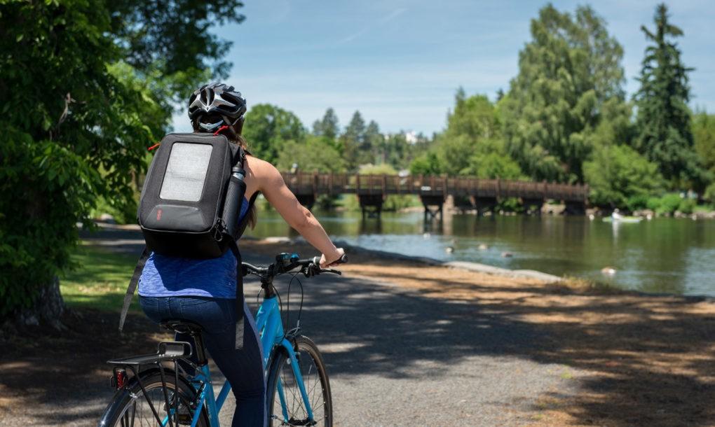 Conheça a mochila solar (feita de garrafas PET usadas) que recarrega seu celular enquanto você anda!