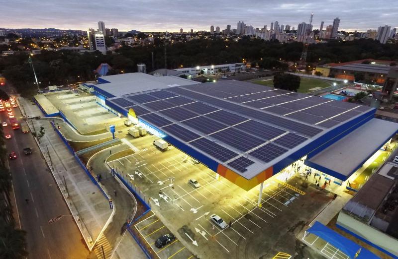 Maior usina solar urbana do Brasil é instalada na cobertura de um supermercado em Goiânia