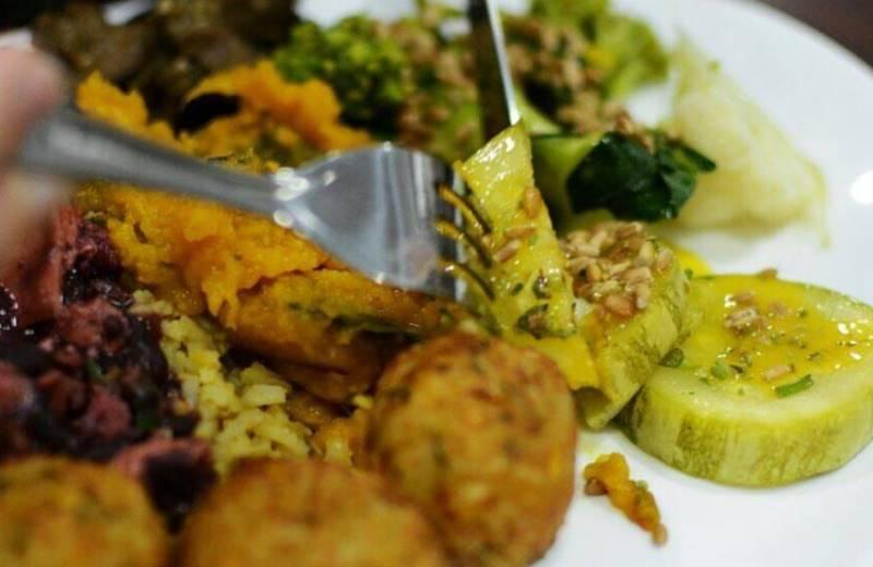 O restaurante vegano em São Paulo que oferece comida à vontade a partir de R$ 10