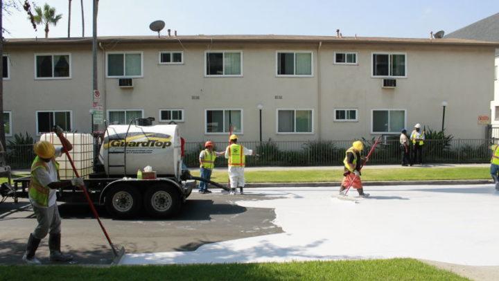 Para amenizar sofrimento da população com o calor, Los Angeles está pintando suas ruas de branco