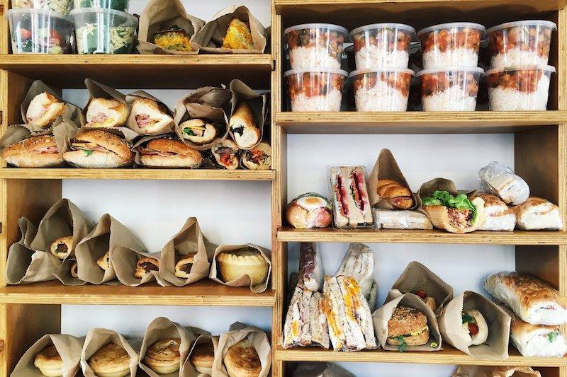 Chega de fome e desperdício! O supermercado gratuito que reúne alimentos (bons!) que seriam jogados no lixo por outros estabelecimentos