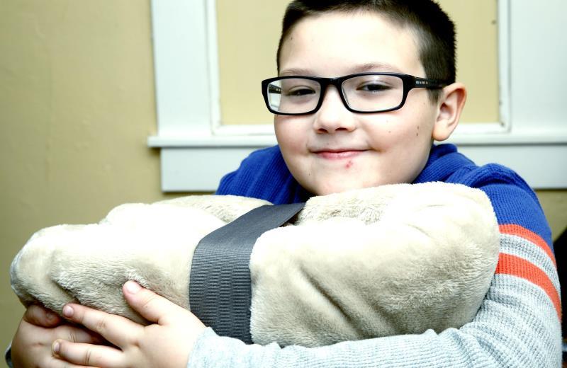Ex-sem-teto, menino de 9 anos abre mão de Xbox de Natal para comprar cobertores para moradores em situação de rua