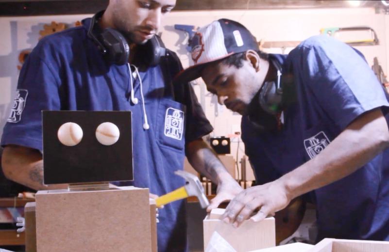 Moradores em situação de rua são capacitados para produzir robôs-luminárias com madeira de reaproveitamento