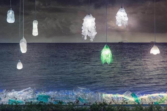 Arquitetos criam luminárias feitas de garrafas PET. Veja fotos!
