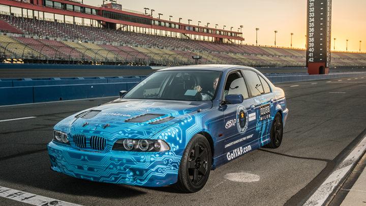 BMW elétrica restaurada com peças de resíduos eletrônicos quebra recorde mundial de autonomia