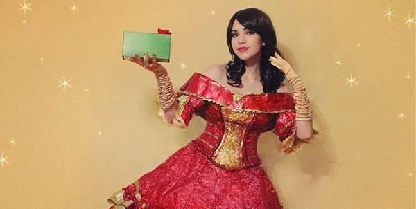 Estilista utiliza papel de presente (que sobrou das festas de fim de ano) para fazer vestidos superestilosos