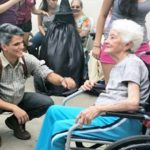 A iniciativa que troca lacres de latinhas por cadeiras de rodas para doar a idosos que precisam