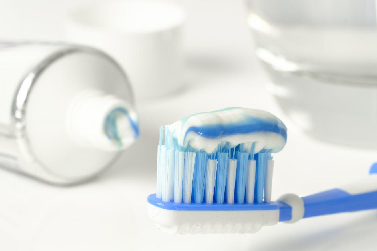 Reino Unido proíbe uso de partículas plásticas esfoliantes em cosméticos e produtos de higiene