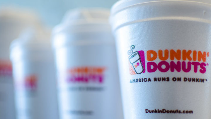 Dunkin' Donuts se compromete a deixar de usar copos plásticos em todas as suas franquias até 2020