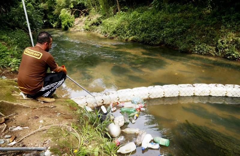 O brasileiro que criou sozinho uma ecobarreira para despoluir rio que passa ao lado da sua casa