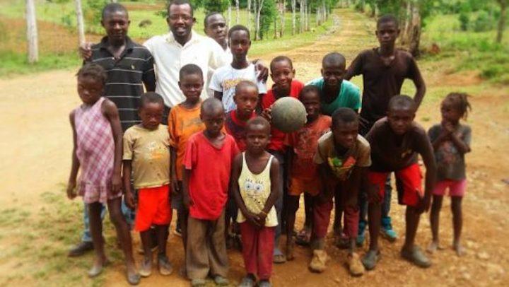 Após anos de estudos no Brasil, haitiano volta para seu país para construir casas ecológicas com técnica que aprendeu aqui